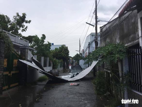 Dông lốc làm sập và tốc mái hơn 300 căn nhà ở miền Tây - Ảnh 2.