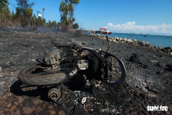 Cháy rừng thiêu rụi 10ha cây cối và 2 xe máy trên bán đảo Sơn Trà - Ảnh 6.