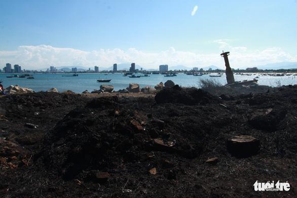 Cháy rừng thiêu rụi 10ha cây cối và 2 xe máy trên bán đảo Sơn Trà - Ảnh 4.