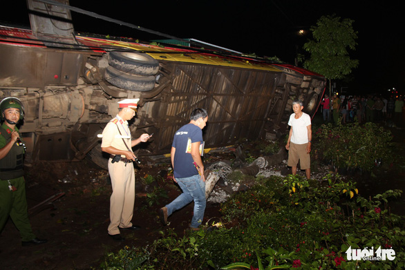 Lật xe khách khi khách đang ngủ trong đêm, 1 người chết, nhiều người cấp cứu - Ảnh 2.