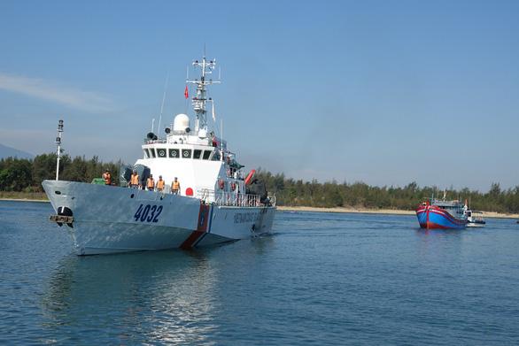 Cảnh sát biển ra Hoàng Sa cứu tàu cá trôi dạt nửa tháng - Ảnh 1.