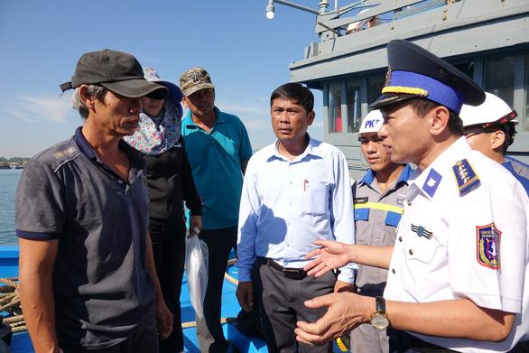 Cảnh sát biển ra Hoàng Sa cứu tàu cá trôi dạt nửa tháng - Ảnh 2.