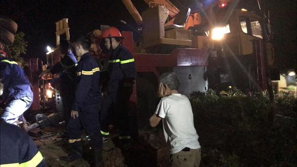 Xe khách lật trong đêm ở Đắk Lắk: Nỗ lực cứu chữa 2 nạn nhân nguy kịch - Ảnh 5.