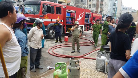 Cháy nổ bình gas tại quán cơm, 2 người bị thương - Ảnh 3.