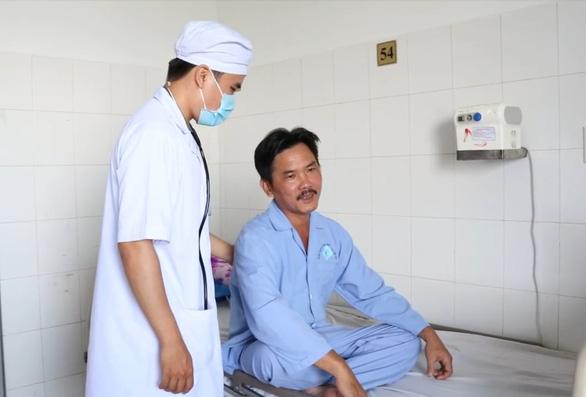 Hạt vú sữa nằm trong phổi người đàn ông cả tháng - Ảnh 2.