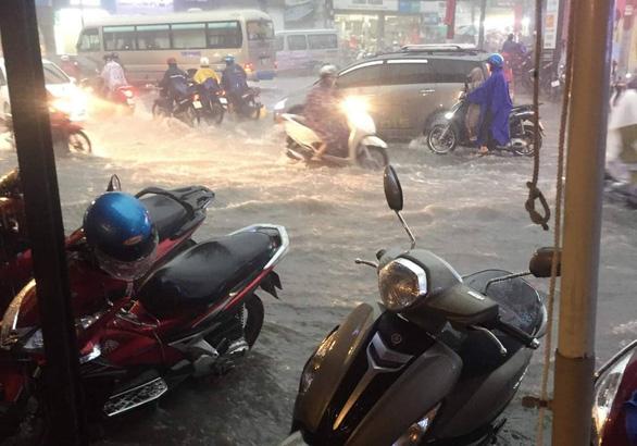 Mưa lớn, nước chảy xiết cuốn ngã nhiều xe máy ở Thủ Đức - Ảnh 4.