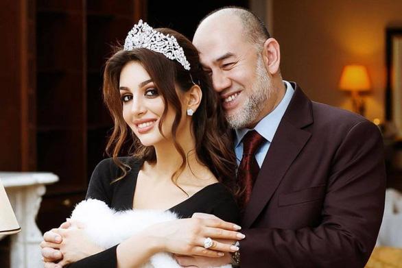 Vua Malaysia bỏ ngai vàng rồi giờ bỏ luôn vợ trẻ đẹp người Nga - Ảnh 1.