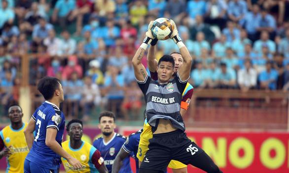 Tuyển thủ U23 Tiến Linh trở lại, B.Bình Dương vẫn thua Khánh Hòa 0-1 - Ảnh 2.