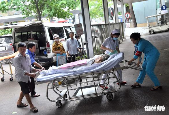Bị tai nạn giao thông vô cấp cứu nằm chờ người thân tới... đóng tạm ứng - Ảnh 1.