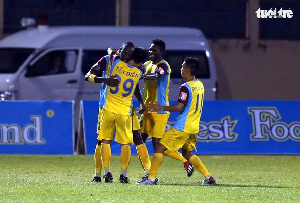 Tuyển thủ U23 Tiến Linh trở lại, B.Bình Dương vẫn thua Khánh Hòa 0-1 - Ảnh 1.