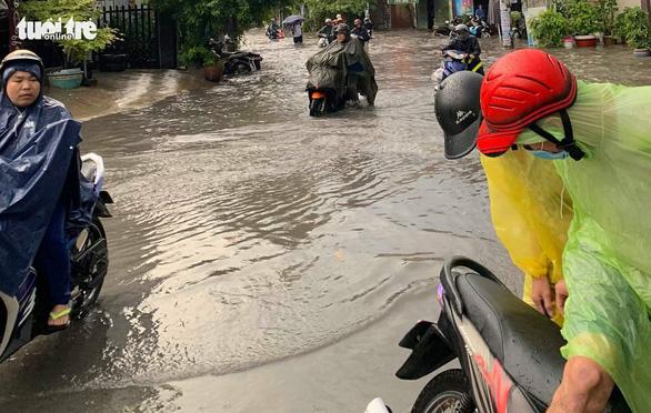 Mưa lớn, nước chảy xiết cuốn ngã nhiều xe máy ở Thủ Đức - Ảnh 3.