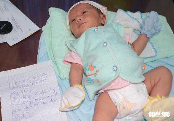 Bé trai sơ sinh bị bỏ rơi trước cổng nhà dân trong đêm khuya - Ảnh 1.