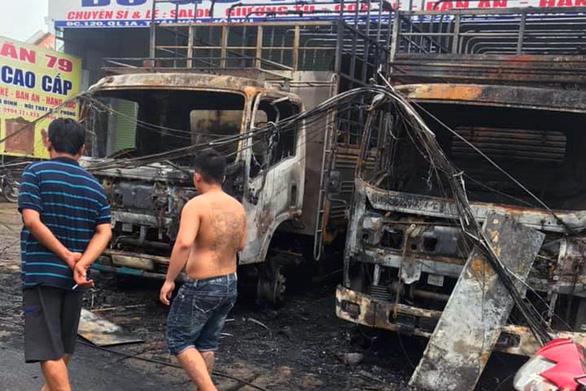 2 xe tải cháy rụi trong đêm, tự cháy hay bị ném bom xăng? - Ảnh 1.