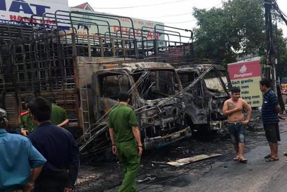 2 xe tải cháy rụi trong đêm, tự cháy hay bị ném bom xăng? - Ảnh 2.
