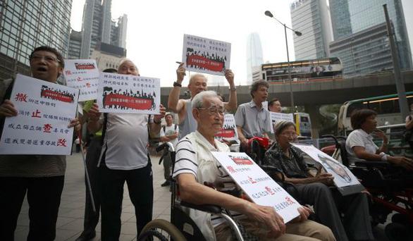 Hong Kong: đến lượt nhóm đầu bạc xuống đường tuần hành vì giới trẻ - Ảnh 2.