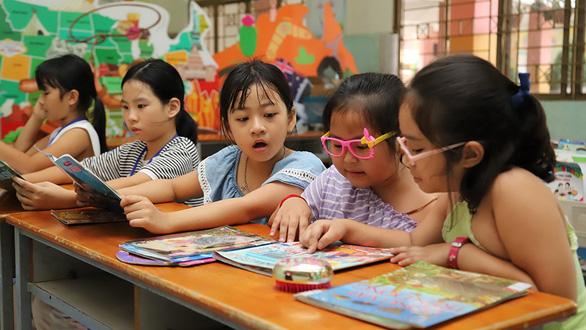 Cô thủ thư mách ba mẹ 10 cách khuyến khích trẻ đọc sách - Ảnh 1.