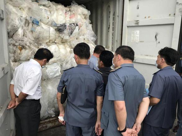 Campuchia đòi xử công ty Trung Quốc nhập lậu hàng ngàn tấn rác - Ảnh 1.