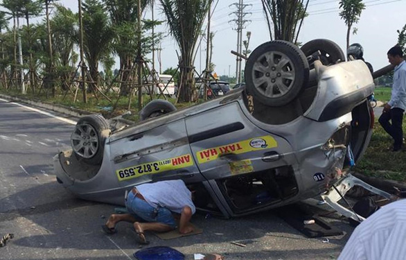Truy tìm ôtô tông taxi lật ngửa, xe tải lật nghiêng rồi bỏ trốn - Ảnh 1.