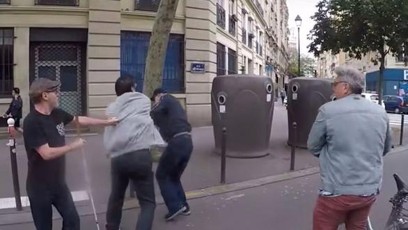 Tấn công người khiếm thị, bị phạt gần 200 triệu đồng - Ảnh 1.