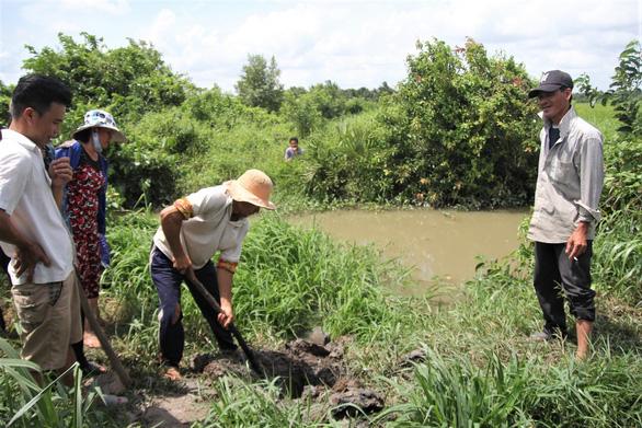 Bến Tre: Không chịu nổi ô nhiễm, người dân đào ống xả thải của trại vịt - Ảnh 1.