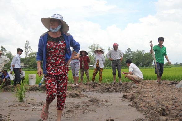 Bến Tre: Không chịu nổi ô nhiễm, người dân đào ống xả thải của trại vịt - Ảnh 2.