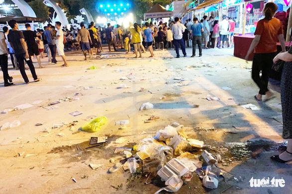 Khách dự Festival văn hóa ẩm thực du lịch quốc tế đi trên rác, ăn cạnh rác - Ảnh 6.