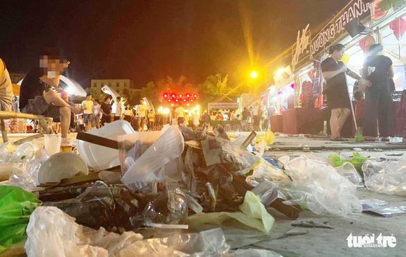 Khách dự Festival văn hóa ẩm thực du lịch quốc tế đi trên rác, ăn cạnh rác - Ảnh 2.