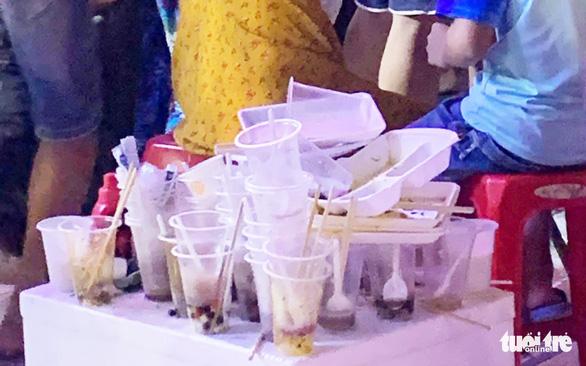 Khách dự Festival văn hóa ẩm thực du lịch quốc tế đi trên rác, ăn cạnh rác - Ảnh 3.