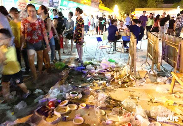 Khách dự Festival văn hóa ẩm thực du lịch quốc tế đi trên rác, ăn cạnh rác - Ảnh 1.