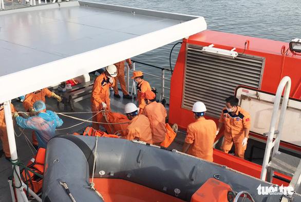 Lấy mẫu ADN nhận dạng thi thể ngư dân tàu cá bị đâm chìm - Ảnh 2.