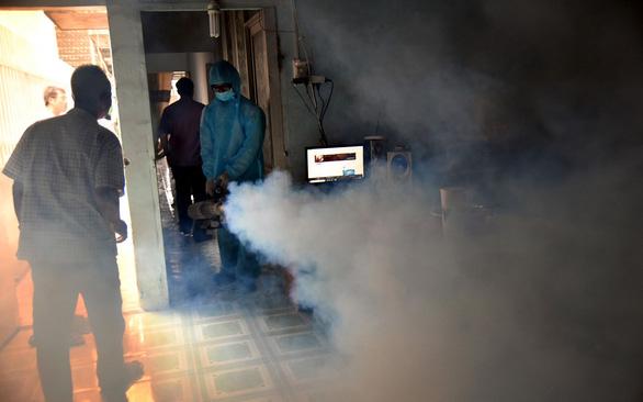 Số ca sốt xuất huyết tăng: Không cho phun thuốc vô nhà, sao diệt muỗi? - Ảnh 1.