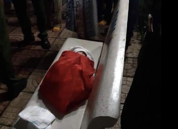 Bé gái vừa sinh bị bỏ rơi ở ghế đá công viên - Ảnh 1.