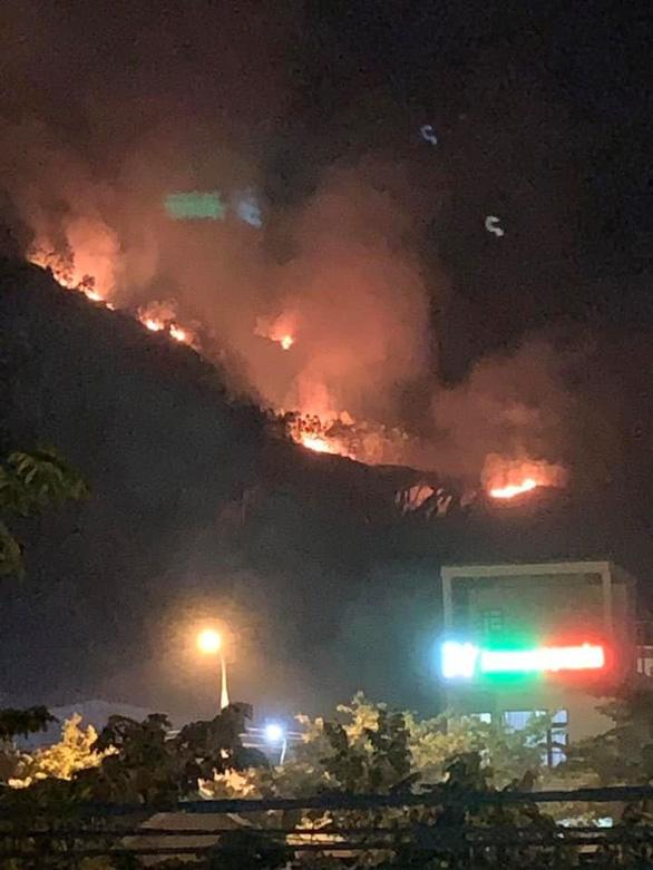 Cháy rừng trên núi Phước Lý, cứu hỏa chỉ chữa được dưới chân núi - Ảnh 1.