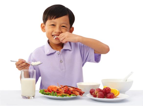 Cân bằng dinh dưỡng và vận động đầy đủ để trẻ khỏe mạnh - Ảnh 2.