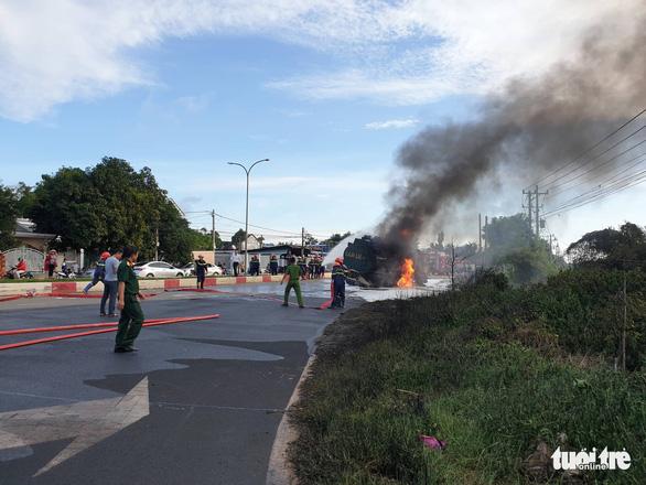 Xe ben và xe bồn tông nhau gây cháy lớn, hai người tử vong - Ảnh 3.