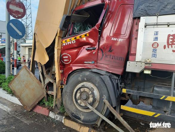 Xe tải tông cổng chào Mỹ Tho, thiệt hại hơn 1 tỉ đồng - Ảnh 3.