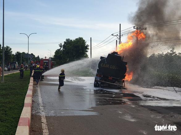 Xe ben và xe bồn tông nhau gây cháy lớn, hai người tử vong - Ảnh 1.