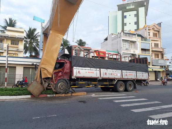 Xe tải tông cổng chào Mỹ Tho, thiệt hại hơn 1 tỉ đồng - Ảnh 5.