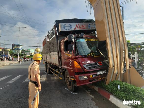 Xe tải tông cổng chào Mỹ Tho, thiệt hại hơn 1 tỉ đồng - Ảnh 1.