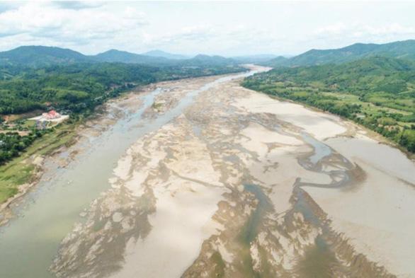 Người Thái sốc khi thấy cá tôm chết dưới đáy sông Mekong khô cạn - Ảnh 2.