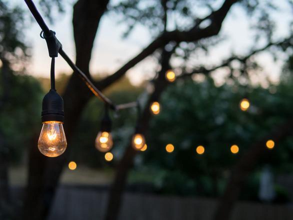 Sân vườn thêm lung linh với 5 ý tưởng treo đèn phong cách Rustic - Ảnh 1.