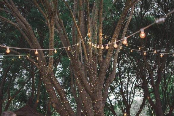 Sân vườn thêm lung linh với 5 ý tưởng treo đèn phong cách Rustic - Ảnh 2.