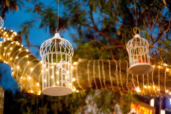 Sân vườn thêm lung linh với 5 ý tưởng treo đèn phong cách Rustic - Ảnh 3.