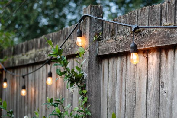 Sân vườn thêm lung linh với 5 ý tưởng treo đèn phong cách Rustic - Ảnh 5.