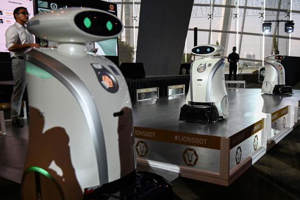 Robot 3 trong 1 ở Singapore: dọn vệ sinh, hát rap, và giỏi ngoại ngữ - Ảnh 1.