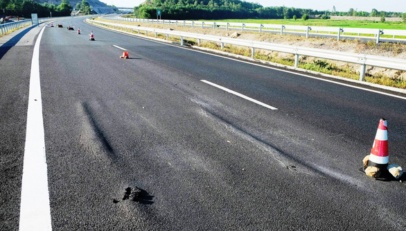 Nhà thầu phải chịu trách nhiệm cao tốc Đà Nẵng - Quảng Ngãi sụt lún - Ảnh 1.