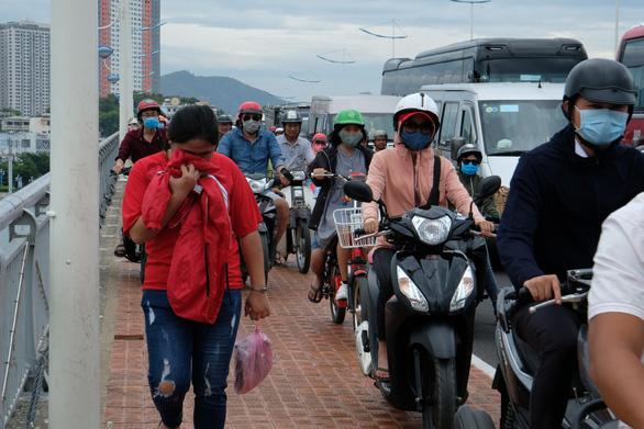 Sửa cầu Xóm Bóng, xe cộ dồn về cầu Trần Phú gây kẹt xe tại Nha Trang - Ảnh 5.