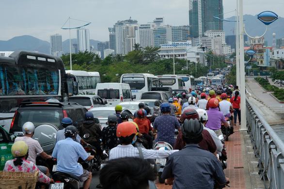 Sửa cầu Xóm Bóng, xe cộ dồn về cầu Trần Phú gây kẹt xe tại Nha Trang - Ảnh 3.