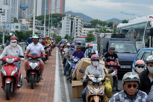Sửa cầu Xóm Bóng, xe cộ dồn về cầu Trần Phú gây kẹt xe tại Nha Trang - Ảnh 1.