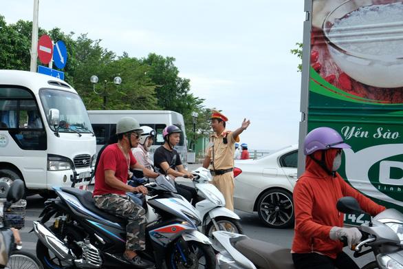 Sửa cầu Xóm Bóng, xe cộ dồn về cầu Trần Phú gây kẹt xe tại Nha Trang - Ảnh 4.